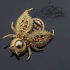 Золотой жук брошь из драгоценного бисера и бусин, покрытием 24к. #beetle #goldbeetle #gold #jewelry #брошь #brooch #czechbeads24k #japanesebeads24k #beadwork #beaded #beadembroidery #beading #gemstonejewelry #fossil #fossiljewelry #simbircitefossil #жук #золотойжук #золото #вышивкабисером #бисероплетение #драгоценныйбисер #жеодасимбирцита #симбирцитоваяжеода #n_belokon_jewelry