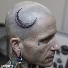 Awesome dotwork crescent moon tattoo by Maxime Buchi aka MxM on tattoo artist Philip Milic's head #moon #dotwork #btattooing #blackwork #head #MaximeBuchi #celestial