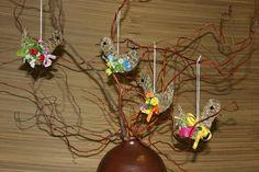 Poslové jara Sada čtyř ptáčků na zavěšení ze sena,zdobené mašličkami a umělými kvítky. výška ptáčka bez provázku 12cm