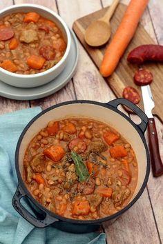 Sauté de veau aux haricots blancs, chorizo et carottes - pour 4: 500g de sauté de veau, 1 oignon, 1 gousse d'ail, 2 carottes, une boîte de 800g de haricot blancs à la tomate, 80g de chorizo, 2 cs de concentré de tomates, un bouquet garni (persil, laurier, thym), huile d'olive, sel, poivre