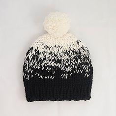 Gorros con borla - Ombre tejida Bobble Hat Negro-Cream con Pom Pom - hecho a mano por MabelMadeThis en DaWanda