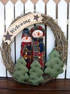 corona muñecos de nieve y  arbolitos
