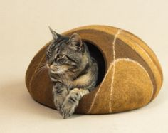 Handmade felt cat cave from 100% merino wool.  Size S for up to 3 kg (7 pounds) cat. Dimensions of the cave approximately: length 39cm; 15,6in, width 34cm; 13,6in, height 17cm; 6,8in.  Size M for up to 4kg (9 pounds) cat. Dimensions of the cave approximately: length 43cm; 17,2in, width 36cm; 14,4in, height 18cm; 7.2in.  Size L for up to 5kg (11 pounds) cat. Dimensions of the cave approximately: length 45cm; 18in, width 38cm; 15,2in, height 20cm; 8in.  Size XL for up to 8kg (17 pounds) cat…