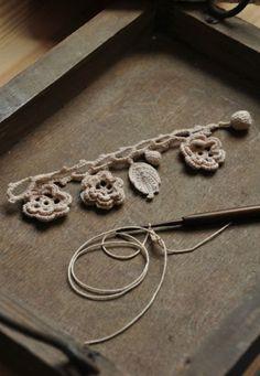 No link but a beautiful crochet charm bracelet. Crochet Video, Love Crochet, Beautiful Crochet, Irish Crochet, Diy Crochet, Crochet Crafts, Crochet Flowers, Crochet Hooks, Crochet Projects