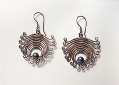 Little flowers in copper with black pearl. Oxidized copper wire work earrings.