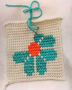 Bu motifi 2 akam nce grdm ve hemen yapmalydm hzl bir ekilde tunus ii zemin yapld ok kolay olacan sandm (daha Crochet Potholders, Crochet Tote, Crochet Handbags, Crochet Purses, Crochet Squares, Crochet Crafts, Crochet Projects, Knit Crochet, Blanket Crochet