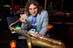 O multi-instrumentista Rodrigo Sha é minha aposta para casamentos divertidos: garantia de pista cheia e festa animada!