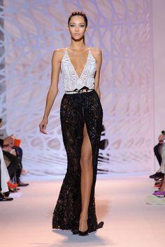 vestido preto e branco com bordados de paetê