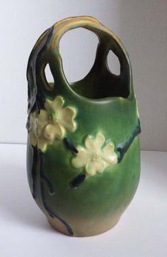Roseville Dogwood Vase Basket Smooth Green by snidersvintagefinds Mccoy Pottery Vases, Antique Pottery, Roseville Pottery, Ceramic Pottery, Pottery Art, Pottery Throwing, Prairie School, Thrown Pottery, Vintage Vases