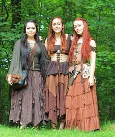 I miss these ladies so much already! Here is from our last time together a few weeks ago~ I've been meaning to up load it. If only I could take them on all my adventures, what wonderful company that would be 💕👯🌿 Renaissance Festival Costumes, Medieval Costume, Renaissance Clothing, Medieval Dress, Renaissance Gypsy, Hobbit Costume, Medieval Boots, 3 People Costumes, Costumes For Women