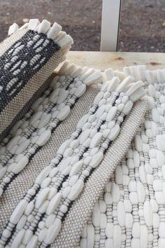 Tässä loimessa on hulluteltu. Viriön väliin on heitetty villahuovasta leikattuja suikaleita. Pellavaiseen pitsisidosloimeen voidaan kutoa myös monella muulla materiaalilla, mm. muovisuikaleilla. Villakko (3444) Mallikerta nro 3/2013.