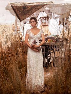 Schmales Brautkleid aus Stretch-Spitze mit V-Ausschnitt und kurzen Ärmeln von OLVI'S