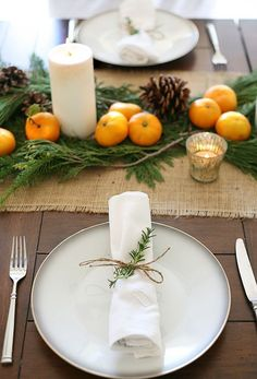 Simple thanksgiving table - 12 Genius Thanksgiving Tablescapes That Will Give You Major Inspo – Simple thanksgiving table Thanksgiving Table Settings, Thanksgiving Centerpieces, Christmas Table Settings, Christmas Tablescapes, Christmas Table Decorations, Decoration Table, Hosting Thanksgiving, Holiday Tablescape, Centerpiece Ideas