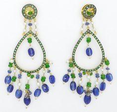 Orecchini pendenti in oro giallo 750/°°° con smeraldi, zaffiri e perle naturali - peso g 17.80 totali - misure cm 8.50 X 3.00