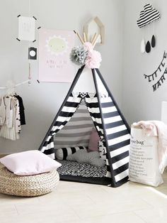 Tolles Tippi in schwarz-weiß - perfekt für helle, skandinavisch eingerichtet Kinderzimmer // black and white teepee in adorable monochrome kids room