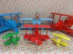 Aviões em madeira, diversos tamanhos, para compor mesa Festa Aviador, Pequeno Principe e Brinquedos. <br> <br>Aviões A x L x C <br>P 6 x9 x11 R$20,00 <br>M 11x 7 x20 R$40,00 <br>G 15 x30 x32 R$60,00 <br> <br>Avião com aviador: R$95,00