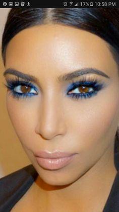 Kim Kardashian had a bright blue makeup that really made her eye pop; makeup by Celebrity MUA Mario Dedivanivic Blue Eyeshadow Makeup, Blue Eyeshadow Looks, Blue Eyeliner, Eyeshadow Ideas, Kim Kardashian Makeup Looks, Celebrity Makeup Looks, Blaues Make-up, Makeup 2018, Nude Lipstick