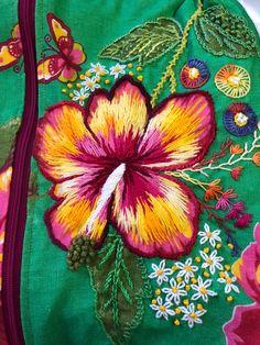 Bordado em chita com hibisco!! Hand Embroidery Stitches, Hand Embroidery Designs, Embroidery Techniques, Embroidery Applique, Floral Embroidery, Cross Stitch Embroidery, Embroidery Patterns, Machine Embroidery, Embroidered Cushions