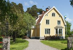 Typical home style in Sweden - even the yellow color Swedish Cottage, Yellow Cottage, Swedish House, Big Houses, Little Houses, This Old House, Country Home Exteriors, Yellow Houses, Cabin Design