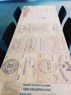 Mooie tafel gemaakt van wijnkistjes.. Leuk :)