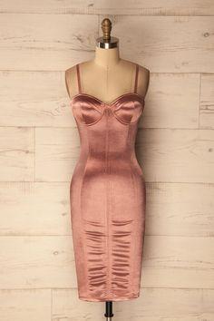 Pink satin form-fitting dress with built-in bra and thin straps - Robe rose satinée et ajustée avec bretelles fines et un soutien gorge intégré