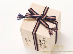 An elegant way to tie a gift with a sanada-himo ribbon.