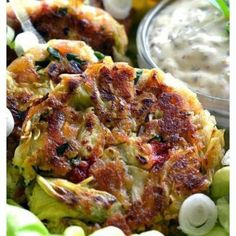 (Replace Ritz crackers by keto crackers or sth else) Vegan Artichoke Cakes with Homemade Tartar Sauce. Recipe by The Veg Life! Entree Recipes, Veggie Recipes, Appetizer Recipes, Whole Food Recipes, Cooking Recipes, Appetizers, Savoury Recipes, Dinner Recipes, Best Tartar Sauce Recipe