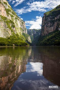 Al sur de México, en el selvático estado de Chiapas, hay una de las mayores maravillas naturales que podemos ver en toda América: el Parque Nacional del Cañón del Sumidero. Esta falla geológica, surcada durante 14 kilómetros por el río Grijalva, discurre por paredes de piedra que se levantan hasta …
