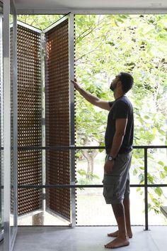 Casa Projetada pela Brasil Arquitetura e publicada na Arq e Construção Fotos Facade Design, Door Design, Exterior Design, Interior And Exterior, House Design, Facade Architecture, Tropical Houses, Cladding, Windows And Doors