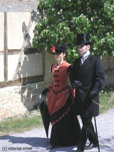 Walking costume, second bustle era, by Victorias Enkel - Späte Tournüre Promenadenkleider