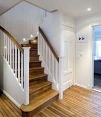 Stort steg att bygga trappa House Entrance, Entrance Hall, New England Hus, Edwardian House, Attic Rooms, House Stairs, Stairways, Colorful Interiors, Modern Farmhouse