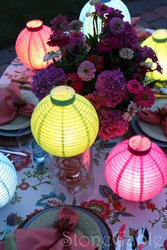 Fun Party Tablescape for outside summer parties and get togethers. Fun Party Tablescape for outside summer parties and get togethers. Decoration Table, Table Centerpieces, Centrepieces, Paper Lantern Centerpieces, Chinese Party, Asian Party, Chinese Lanterns, Paper Lanterns, Table Lanterns