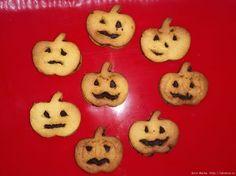 Тыквенное печенье на Хэллоуин - тыквенное печенье с шоколадной прослойкой в виде знаменитого Джека фонаря.Простой способ порадовать детей и удивить взрослых