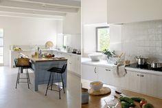 Arquitectura para el confort y una ambientación atemporal  La cocina tiene un diseño sencillo con una mesada blanca de mármol dispuesta en 'L' con una bacha antigua del mismo material