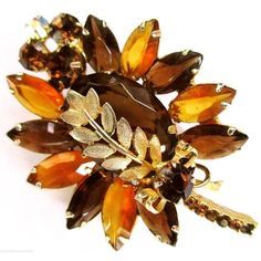 JULIANA Brooch D&E Book Piece Amber Root Beer Rhinestones Gold Leaves... (185 ILS) ❤ liked on Polyvore featuring jewelry, brooches, gold leaf brooch, gold rhinestone brooch, vintage rhinestone brooch, rhinestone brooches and vintage brooches