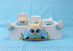 Kit higiene em MDF pintado de branco, composto de bandeja e 3 potes decorados com corujinhas e passarinhos confeccionados em feltro. R$ 82,39