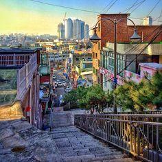 sarafa #20131224 #iphone5s #seoul #haebangchon #stairs #city #landscape #snapseed #서울 #해방촌 #후암동 #108#하늘#계단 #ソウル #階段 / 서울 용산 후암 / #골목 #비탈 / 2013 12 25 /
