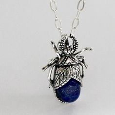 Dije escarabajo carcoma con cadena. Diseñado por Joyería Citlali