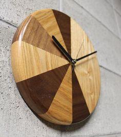 仕 様:タモ、ウォルナット  単三電池1本サイズ:直径25cm 厚み4.3cm月と太陽をイメージした掛け時計。個々に矧ぎ合わせた木目の表情が特徴的で、シーンを...|ハンドメイド、手作り、手仕事品の通販・販売・購入ならCreema。