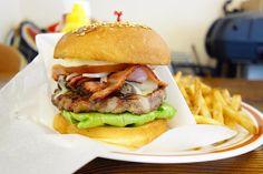 前回の来店から約年 マッシュルームチーズバーガーにベーコントッピング時間たってしまったので前回どうだったか記憶がないけどパティはややゴリ系で好きな感じ味のバランスも良かったけどバンズがパティに負けちゃってるかな #food #foodporn #meallog #burger #burger_jp #ハンバーガー # #tw
