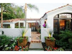 spanish bungalow with front courtyard Spanish Courtyard, Front Courtyard, Courtyard House, Spanish Backyard, Spanish Style Homes, Spanish House, Spanish Colonial, Spanish Revival Home, Mission Style Homes