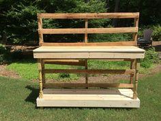 Het proces - Gemaakt van een pallet - outdoor oppotten tafel dient als buffet of een drankje servicegebied