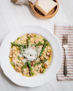 Un risotto qui a de la personnalité prêt en quelques minutes avec des saucisses italiennes piquantes, des asperges, des poireaux, du vin blanc et parmesan!