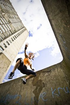 Run for Freedom - parkour/freerunning and Zen. Photo by Andy Day via onreact Action Pose Reference, Pose Reference Photo, Figure Drawing Reference, Art Reference Poses, Parkour Moves, Running Pose, Running Photos, Running Training, Action Posen