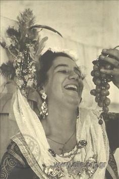 Εορτασμοί της 4ης Αυγούστου: γυναίκα με παραδοσιακή ενδυμασία από την Κέρκυρα, 1937. Nelly's