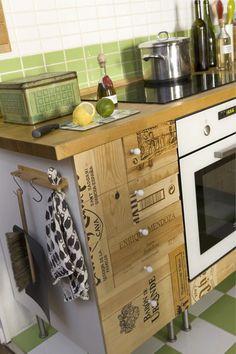 Cajas de vino reconvertidas en muebles de cocina