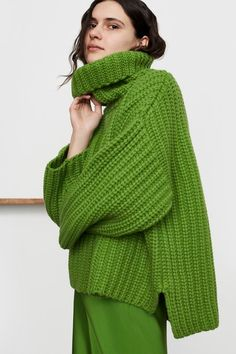 TSE Fall 2019 Ready-to-Wear Fashion Show TSE Fall 2019 Ready-to-Wear Collection - Vogue History of Knitting String rotating, weaving and sewing jobs such as for . Knitwear Fashion, Knit Fashion, Fashion Outfits, Fashion Poses, Vogue Fashion, Look Plus Size, Fashion Show Collection, Green Sweater, Fashion 2020