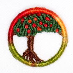 Pregadeira Laranjeira (Natal 2014) Dorset Button Diy Craft Projects, Diy And Crafts, Arts And Crafts, Button Art, Button Crafts, Crafting Recipes, Dorset Buttons, Tree Of Life Jewelry, Diy Buttons
