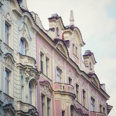 Pastellia Pastel tones . . . #prague #prqha #urban #kaupunkinäkymä #arkkitehtuuri #kaupunki #pastellivärit #matka #matkalla #kaupunkiloma #nelkytplusblogit #traveltheworld #traveller #urban #city #architecture #cityscape #travel