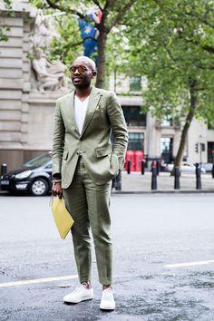 グラスグリーンのスーツスタイル。 インナーとスニーカーの白でさらに軽く感じますね。